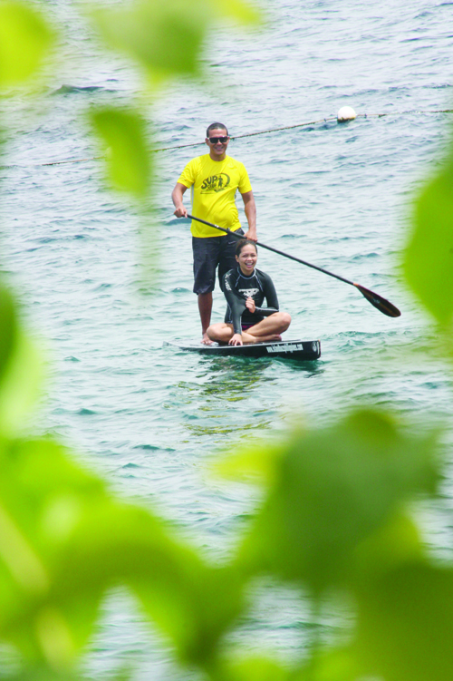 HAPPY PADDLERS. Buzzy Budlong takes the writer for a ride on a longboard. (Photo by Iste Sesante Leopoldo)