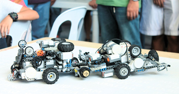 SUMOBOTS, FIGHT! Two SumoBots in action at Park Mall. The Cebu Robotics Society holds sessions where students are given tasks to build robots with a theme, such as Saving Mother Earth. For more info visit their Facebook page at www.facebook.com/CebuRoboticsSociety or them at 09177149699.