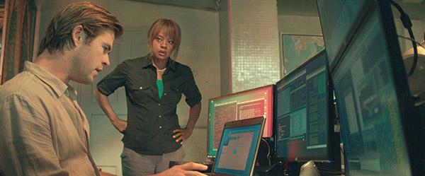 "Chris Hemsworth (left), plays Nicholas Hathaway, while Viola Davis, as FBI Special Agent Carol Barrett, in Legendary's film, ""Blackhat,"" from director/producer Michael Mann.  (AP FOTO)"