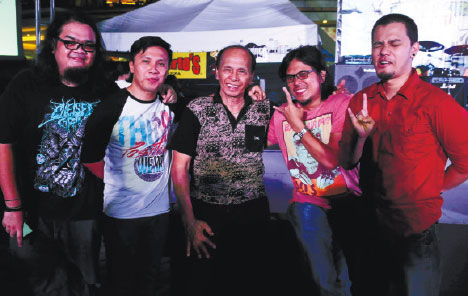 TEACHER AND STUDENTS. Cebuano novelty singer Max Surban (center) with Bisrock band Missing Filemon.
