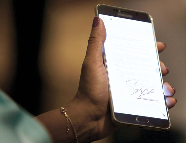 GALAXY NOTE 5. A Samsung employee demonstrates how to sign a document using the new Samsung Galaxy Note 5 in New York. (AP PHOTO)