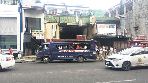"""PRO AND NON-PROS. Commuters, mostly students, board a jeepney at a """"No Stopping"""" sign, a mere few meters from the designated loading area. (WEEKEND PHOTO/F. L. OLLIVAL)"""
