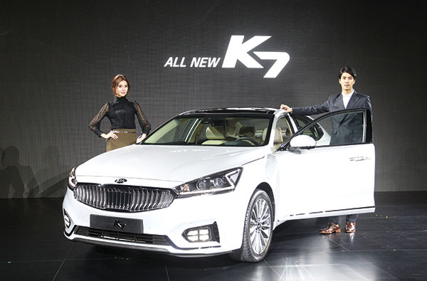 NEW KIA K7 SEDAN. Models pose with Kia Motor's new K7 sedan during an unveiling ceremony in Seoul, South Korea. The sedan, which was launched last month, is equipped with a 2.4-liter or 3.3-liter gasoline engine. (AP PHOTO)
