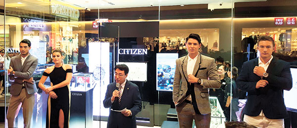 CITIZEN LAUNCH. Flanked by live mannequins donning Citizen Eco-Drive watches, Naoto Hosogaya, managing director of Citizen Watches Limited, welcomes guests at the launch of The Watch Store, the company's second store in the country, at SM City Cebu. (Photo by N.S. Villaflor)