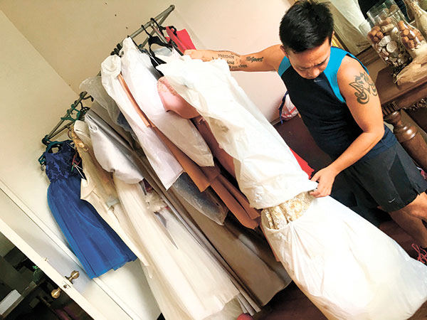 Hanz Coquilla readies his gowns. (Crisanto Etorma)