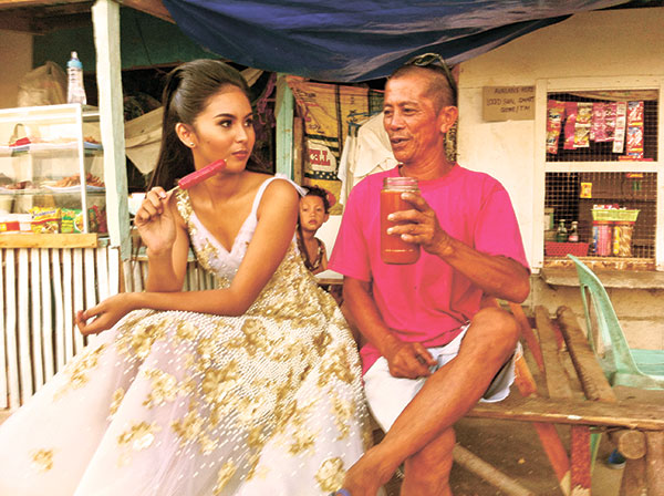 Model Gail Blanco takes a break as manong offers a jar of tuba. (Edik Dolotina)