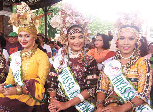 Hiyas sa Kadayawan 2016 Inna Garcia of Bagobo-K'lata tribe (center) and her court, Hiyas sa Kauswagan Mosrifa Hadji Sohair of Maranao tribe (left) and Hiyas sa Tingusbawan Rachel Caputol of Bagobo-Tagabawa tribe.