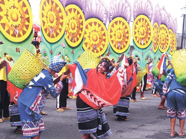 Street dancing performers during Indak Indak sa Kadalanan.